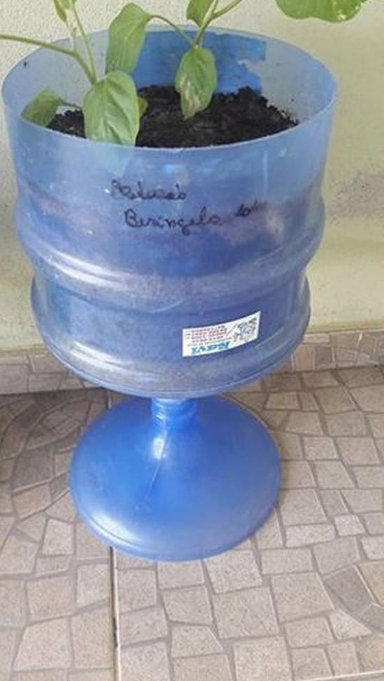 Vasos com Garrafões de Água Mineral