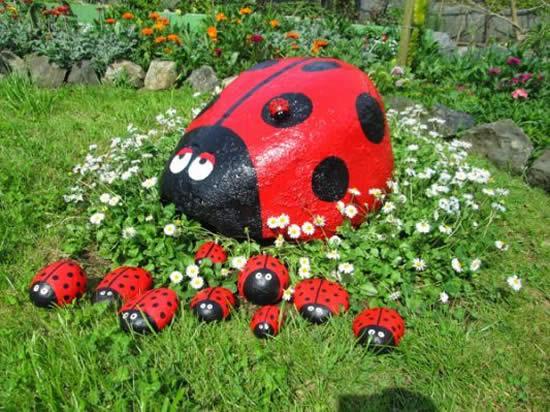 Joaninha com pedra para decorar jardim