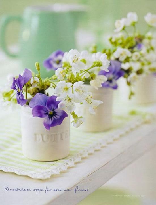 Arranjos de flores em latas