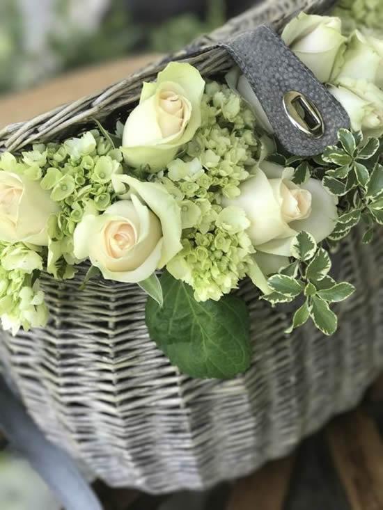 Lindos arranjos de flores com cestas