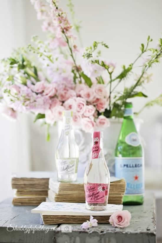 Arranjos florais com garrafas de vidro