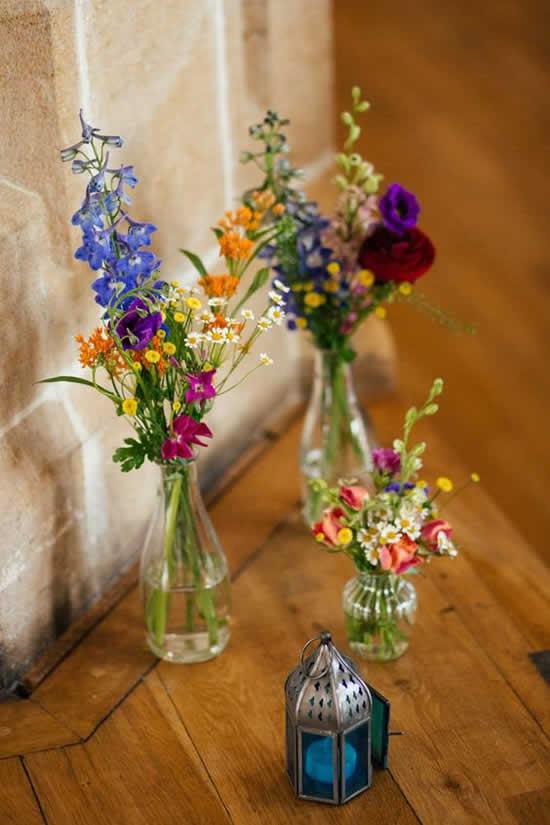 Arranjos lindos com garrafas de vidro