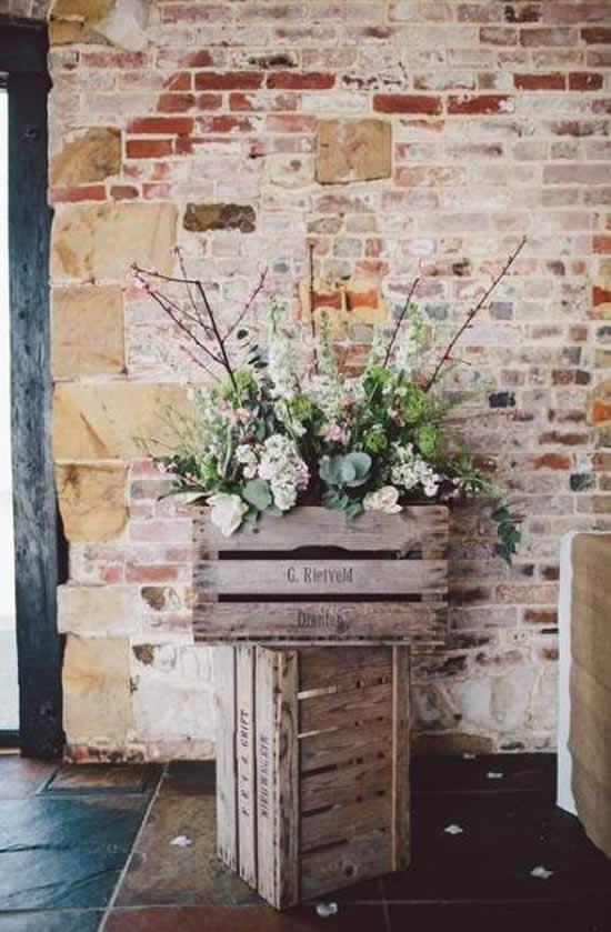 Lindas decorações com arranjos de flores e caixotes