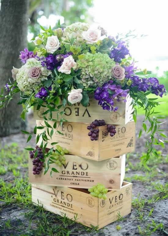 Decoração com caixotes e arranjos de flores