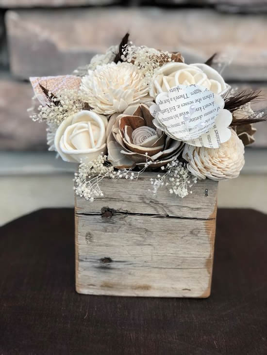Arranjo de flor em caixote de madeira