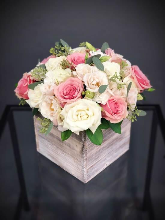 Arranjo de flores em caixotes