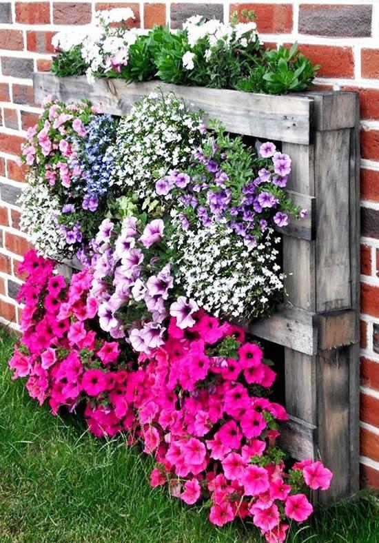Decoração com flores e pallets no jardim