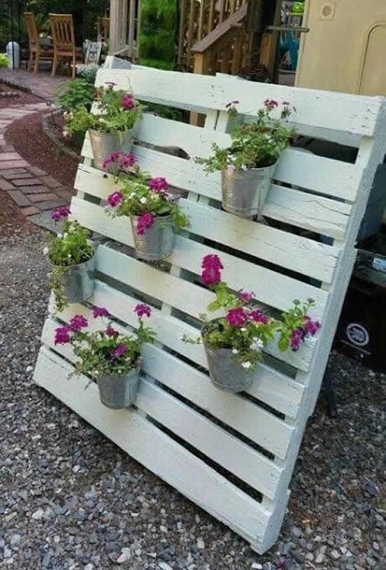 Decoração com flores e pallets