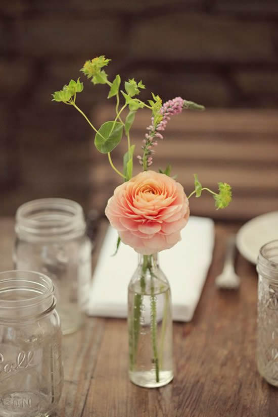 Lindas flores e garrafas para decorar mesa
