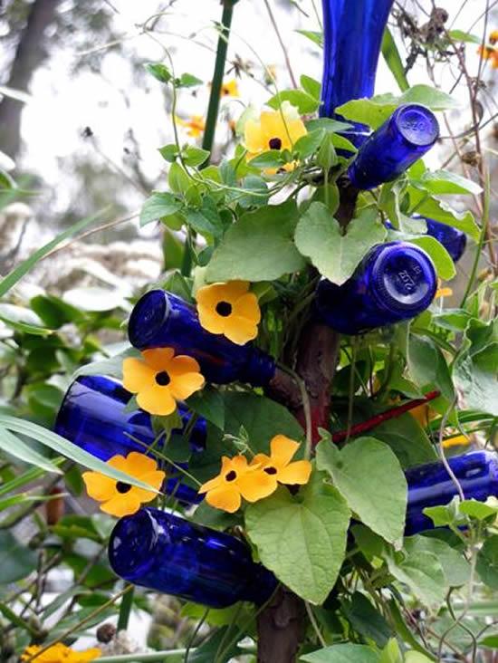 Decoração com garrafas de vidro para jardim
