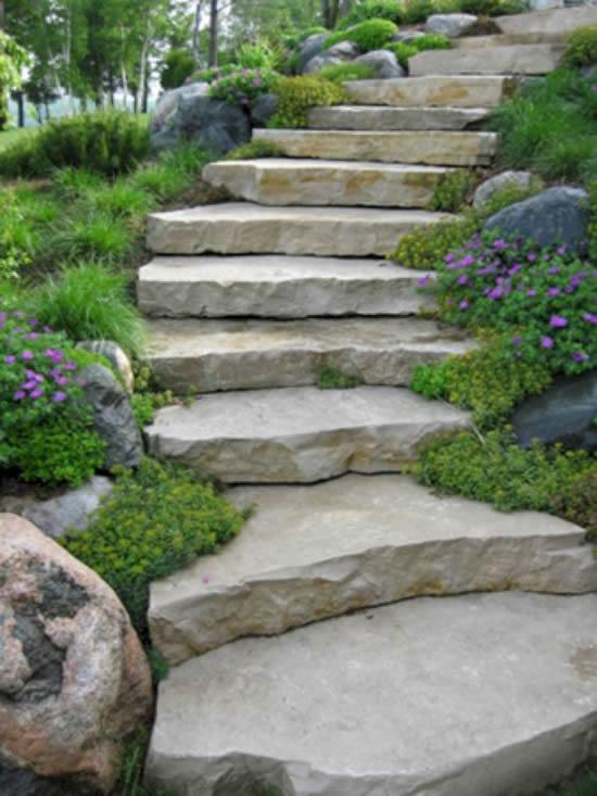 Escadas com pedras para decorar jardim