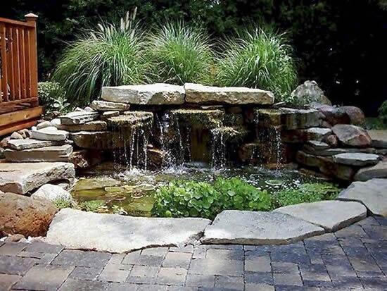 Lago de jardim com pedras