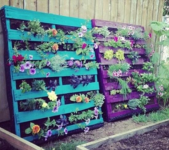 Decoração rústica com pallets e flores