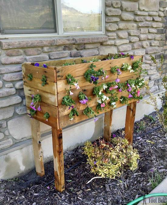 Linda decoração com flores em pallets