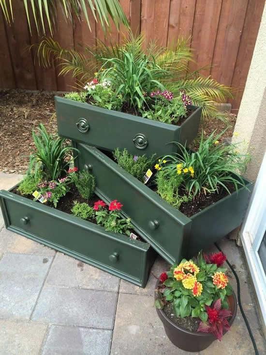 Decoração com gavetas velhas no jardim
