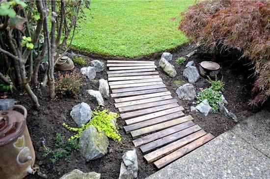 Caminho com madeira para o jardim