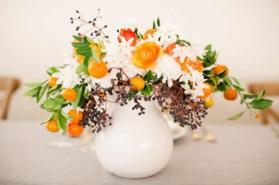 Decore mesas com arranjos florais