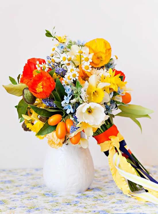 Decore mesas com arranjos de flores