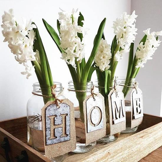 Arranjo de flor com pote de vidro