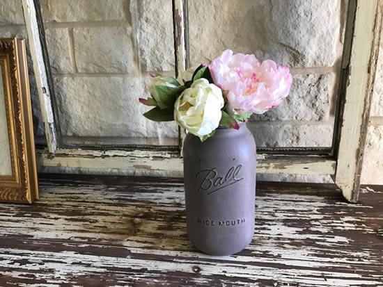 Lindos arranjos de flores com potes