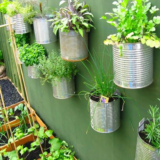Horta vertical com latas