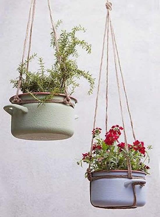 Plante em panelas velhas