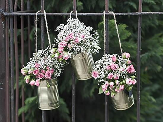 Vaso de lata com arranjos florais