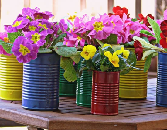 Vasos com latas coloridas