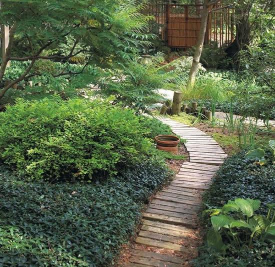 Caminho para jardim com madeiras de pallets