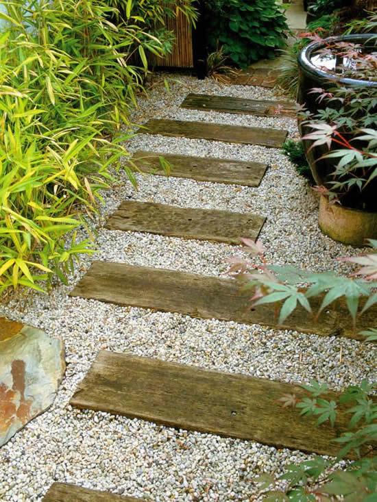 Caminho para jardim com madeira