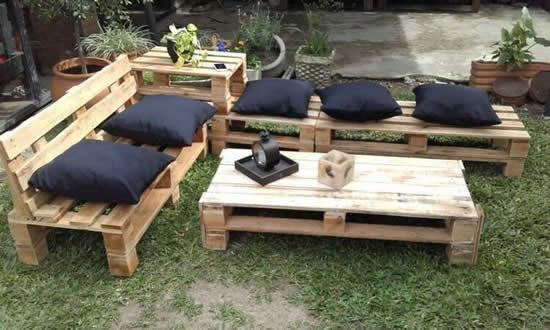 Sofá e cadeiras com pallets