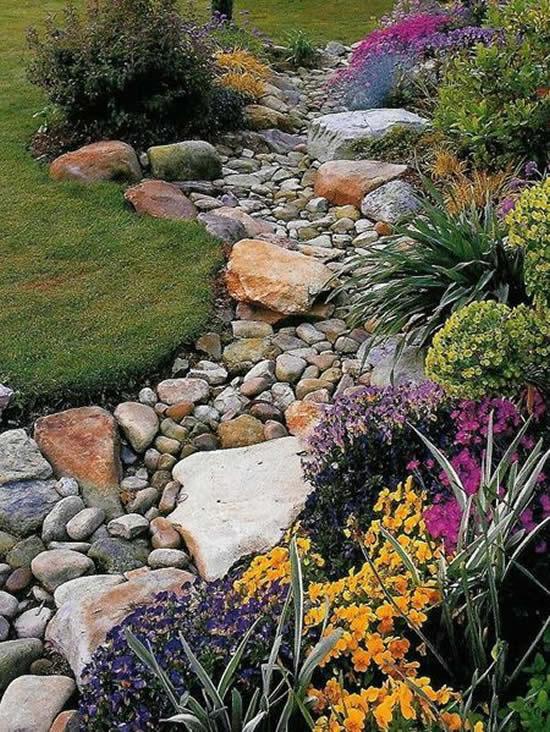 Canteiros de jardim com decoração de pedras