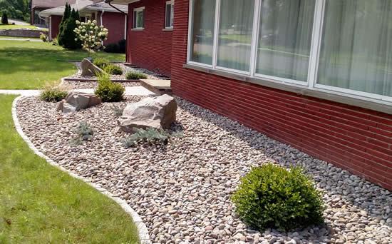 Linda decoração de jardim com pedras