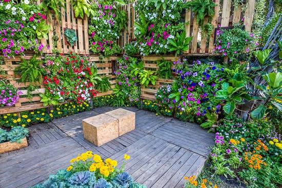 Decoração linda com pallets no jardim
