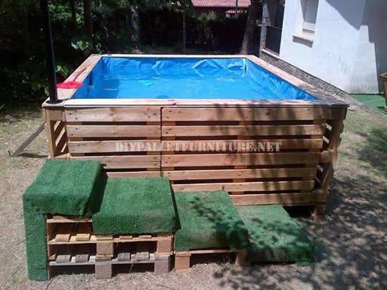 Linda piscina com paletes