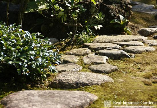 Caminho feito com pedras no jardim