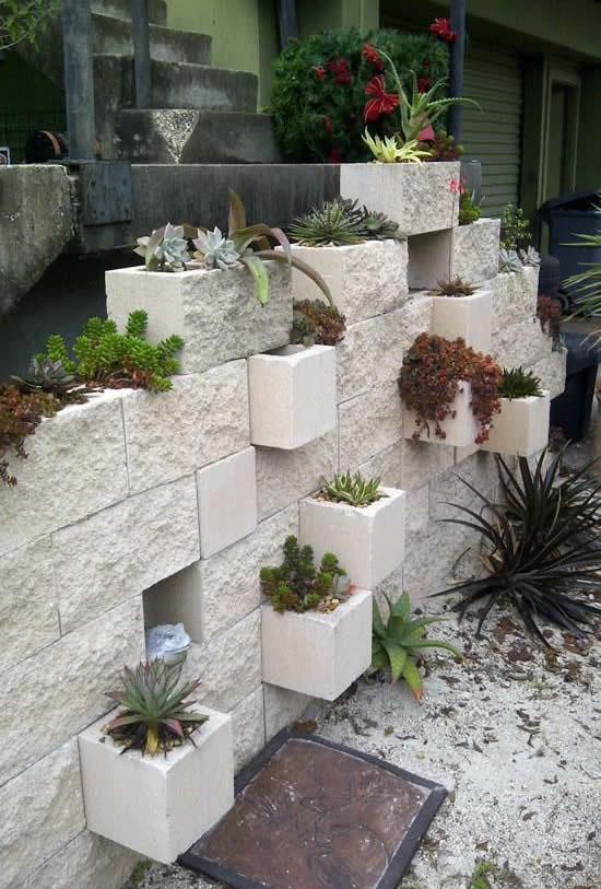 Decore o jardim com blocos de cimento