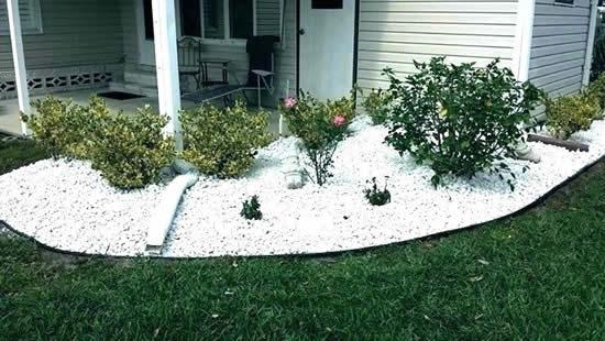 Decoração de jardim com lindas pedras brancas