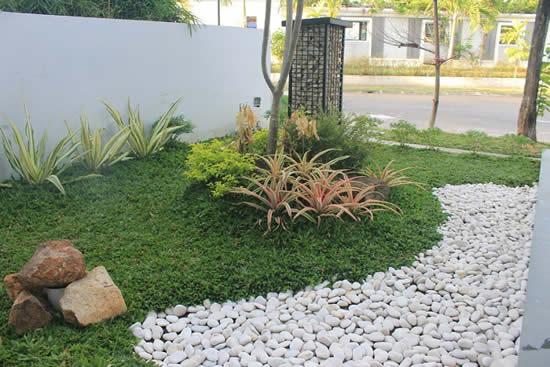 Decore o jardim com pedras brancas