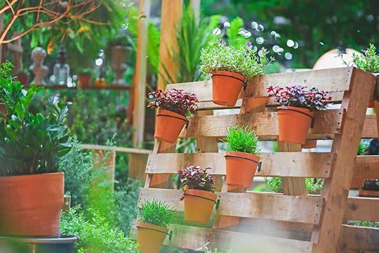 Decoração com paletes de madeira no jardim