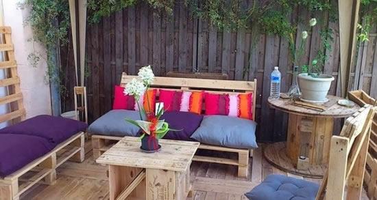 Móveis com paletes e caixotes para jardim