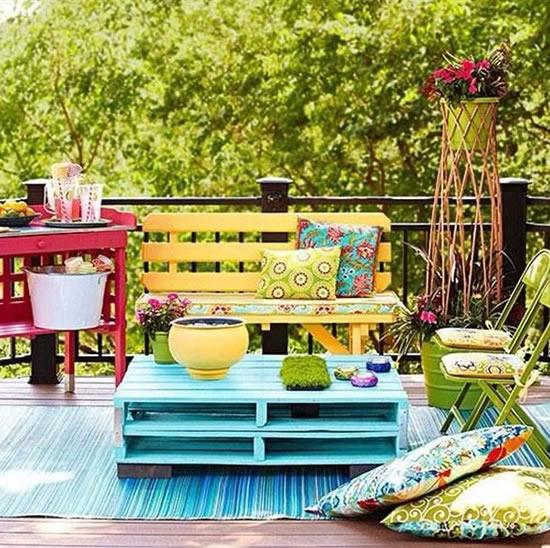 Decoração colorida com paletes
