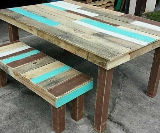 Mesa com pallets coloridos