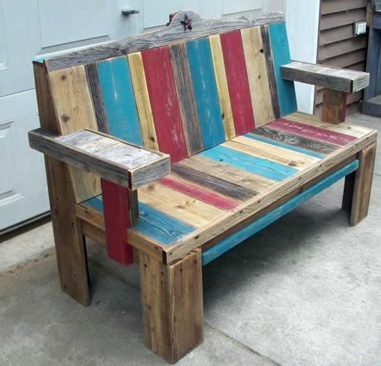 Sofá de pallets coloridos de madeira