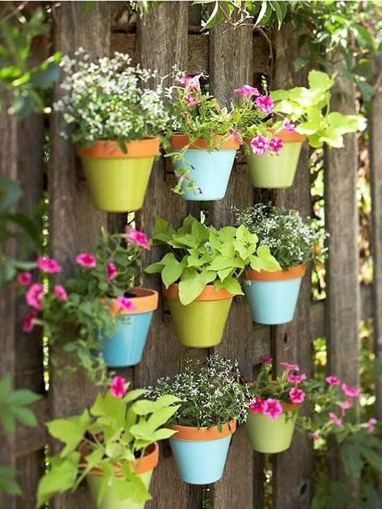 Linda decoração com vasos pendurados