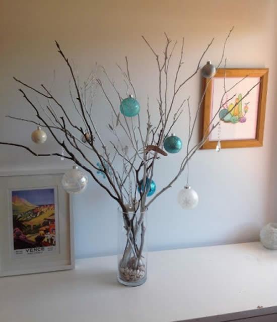 Use galhos secos para fazer Árvores de Natal