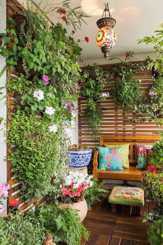 Pallets de madeira com plantas