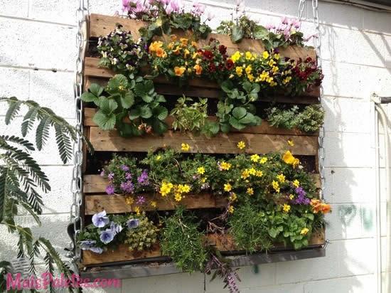 Flores em paletes de madeira